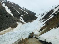 Çığ nedeniyle kapanan köy yolu ulaşıma açıldı
