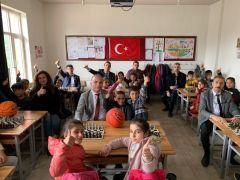Türkiye Gaziler ve Şehit Aileleri Vakfı köy okullarına satranç takımı dağıttı