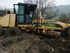 Gercüş'te köy yollarını açan iş makinesi çamura saplandı