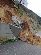 Kozluk'ta heyelan, istinat duvarı yıkıldı