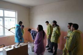 (Özel) Ankara'dan gelip köy okulunu boyadılar