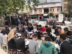 Öğrenciler kıraathanelerde vatandaşlarla kitap okudu