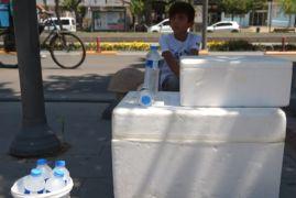 Su satarak bayram harçlıklarını çıkarıyorlar