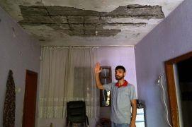 Yıkılma tehlikesi bulunan evde çocuklarıyla birlikte yaşama tutunmaya çalışıyor