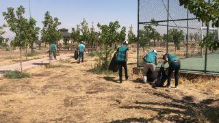 Vatandaşların kirlettiği çevreyi yükümlüler temizledi