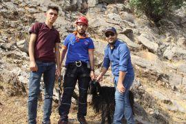 Kayalıklarda 6 gün mahsur kalan keçi, 5 saatlik çalışmayla kurtarıldı
