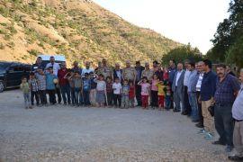 Sason'da köylerini ziyaret eden kaymakamı, asker selamıyla karşıladılar