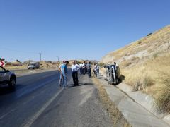 Sürücüsünün direksiyon hakimiyetini kaybettiği araç yan yattı