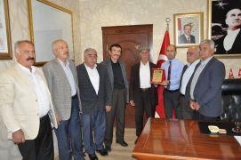 Şehit yakınları, STK ve kanaat önderleri Sason Kaymakamı Özadalı'ya plaket verdi