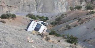 Tekstil işçilerini taşıyan minibüs şarampole yuvarlandı: 1 ölü, 10 yaralı