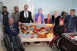 Engelli vatandaşlar, dokudukları halıyı Cumhurbaşkanı Erdoğan'a ulaştırmak istiyor
