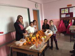 Cumhuriyet İlkokulunda meyve sıkma etkinliği