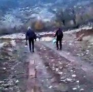 Okula gitmek için her gün 3 kilometre yürüyorlar