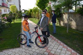 Başkan Gür, Biz Bize Yeteriz Türkiyem kampanyasına bağışta bulunan çocuğa bisiklet hediye etti