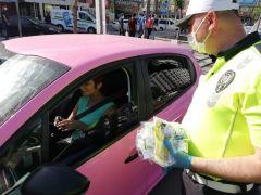 Trafik ekipleri sürücülere maske ve kırmızı düdük dağıttı