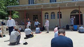 Camiye gelen vatandaşlara maske dağıtıldı