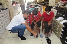 Polis memuru, Kurban Bayramı öncesi yetim çocukları sevindirdi