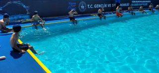 Gercüş'te ilk defa yüzme havuzu gören çocuklar doyasıya eğlendi