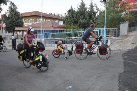 5 yaşındaki kızlarıyla bisiklete binip 105 günde 3 bin kilometre pedal çevirdiler