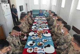 Vali eşinden askerlere ev yemeği ikramı