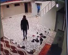Batman'da camideki ayakkabı hırsızlığı kamerada