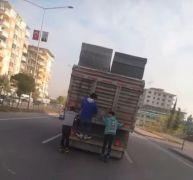Patenli gençlerin kamyon arkasında tehlikeli yolculuğu
