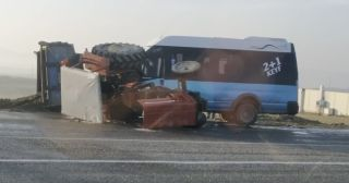Batman'da tekstil işçilerini taşıyan minibüs traktörle çarpıştı: 15 yaralı