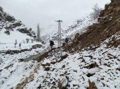 Heyelan 27 köye ulaşımı kapattı, ekiplerin 6 saatlik çalışması ile yol yeniden açıldı
