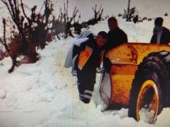 Üzerine sıcak su dökülen çocuk, karla kaplı yolda sırtta taşınarak ambulansa ulaştırıldı