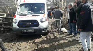 Batman'da hasta almaya giderken çamura saplanan ambulans, traktör yardımıyla kurtarıldı