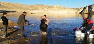 Batman'da kayalıklarda mahsur kalan keçileri kurtarmak için botla karşıya geçtiler