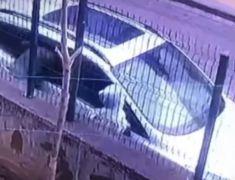 Gözü dönmüş hırsızlar güpegündüz aracın camını kırıp değerli eşyaları çaldı