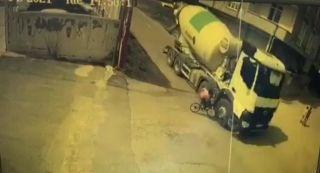 Batman'da bisiklet kullanan çocuk beton mikserin altına kalmaktan son anda kurtuldu