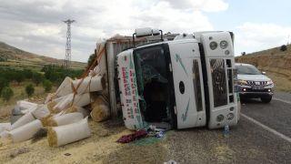 Gercüş'te saman yüklü kamyon devrildi: 3 yaralı