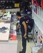 Batman'da masanın üzerindeki cep telefonunu çalan hırsız kameralara yakalandı