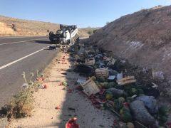 Gercüş'te lastiği patlayan kamyonet takla attı: 3 ağır yaralı