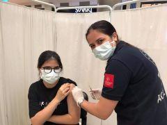 Batman'da 112 acilde çalışan hemşire, 18 yaşına giren kızına Covid aşısı yaptı