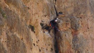 150 metrelik kayalıklardan şifa kaynağı olan kaya balını topladı